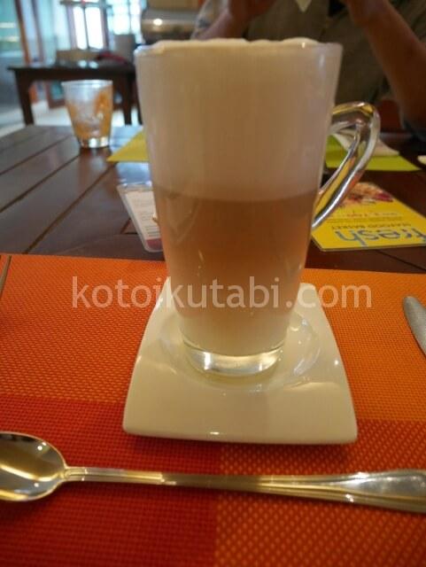 ラフローラリゾートパトン朝食のカフェラテ