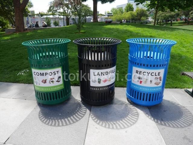 Yerba Buena Gardenのカラフルなゴミ箱