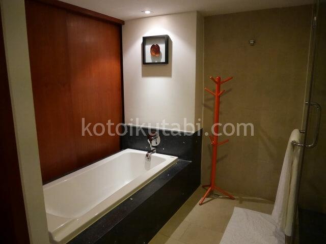ラフローラリゾートパトンのバスルーム