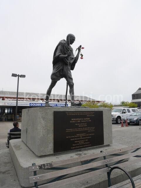 フェリービルディングの外にあったガンジーの像