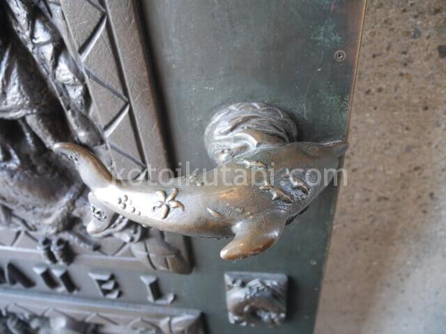 グレース大聖堂の扉のイルカ