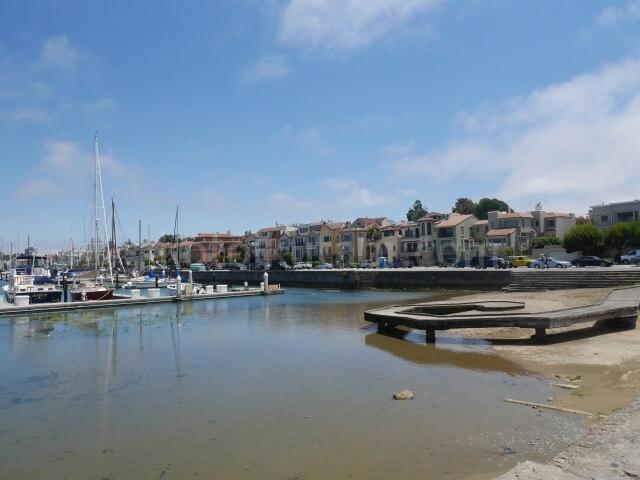 マリーナ地区のヨットクラブと高級住宅