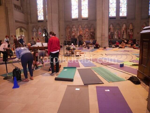 グレース大聖堂でのヨガの様子