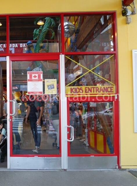 グランビルアイランドのキッズマーケット子ども用入口