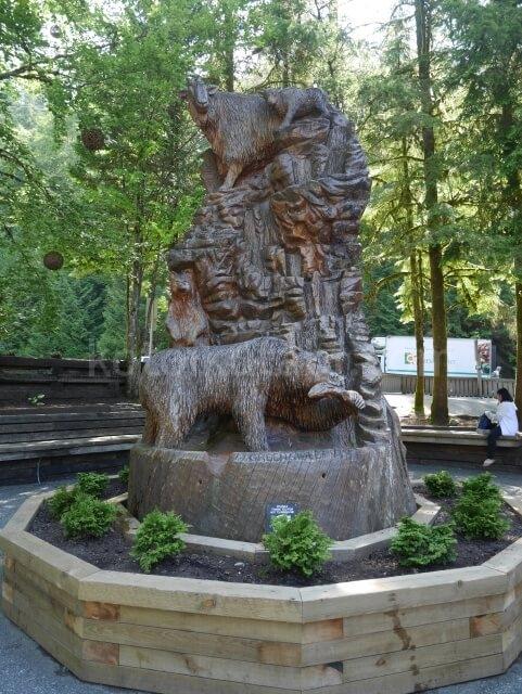 グラウスマウンテンの木彫りの像