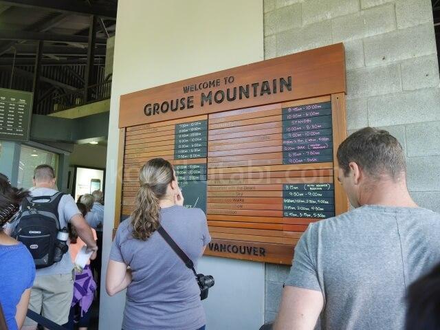 グラウスマウンテンのチケット売り場にあったスケジュール表