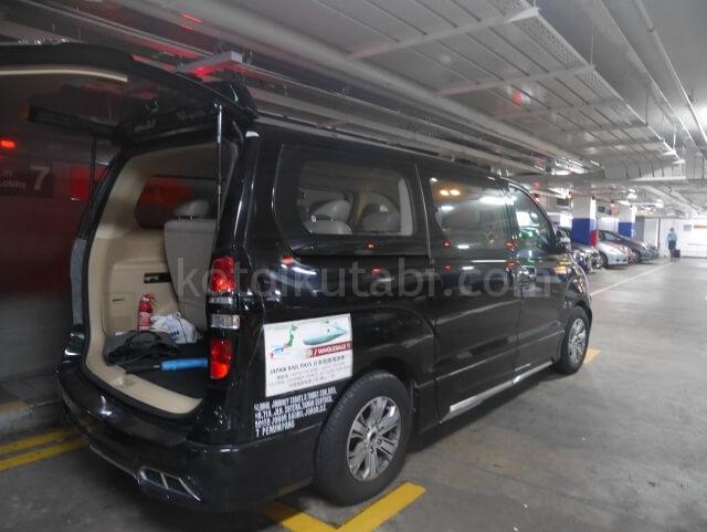 シンガポールのチャンギ空港から送迎の車へ