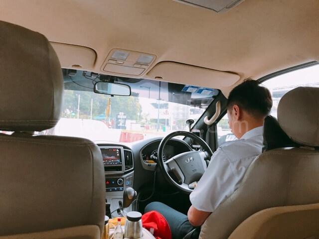 シンガポールのチャンギ空港から送迎車で移動