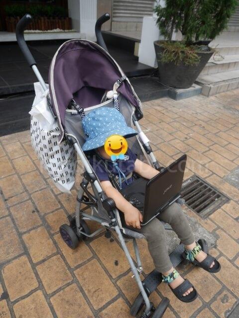 ポータブルDVDで動画を鑑賞する息子