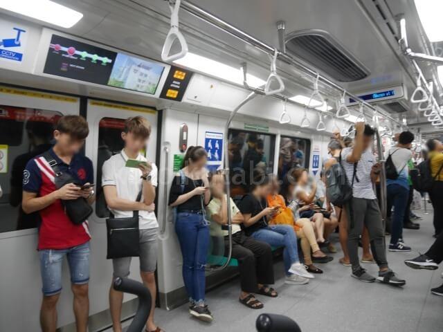 シンガポール地下鉄(MRT)の電車内