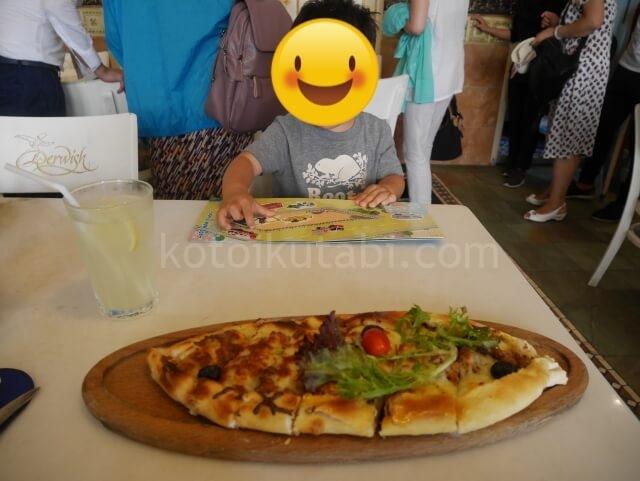 サルタンモスク近くのトルコ料理屋で食べたトルコピザ